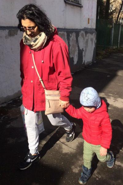 Подрастающий сын с радостью ходит с мамой по делам