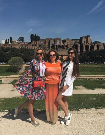 Ведущая отдыхала в Риме с сестрой и мамой
