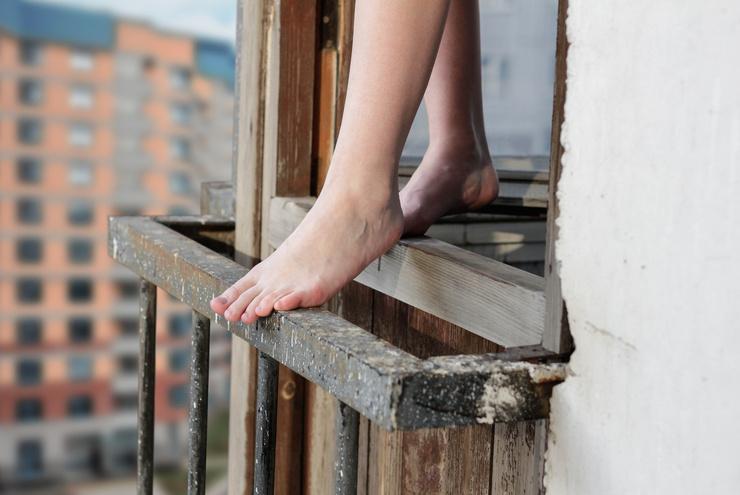 Женщина выпрыгнула из окна многоэтажки с двумя детьми