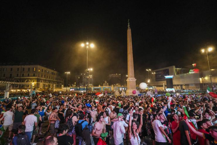 На площадях в разных уголках Италии собрались толпы