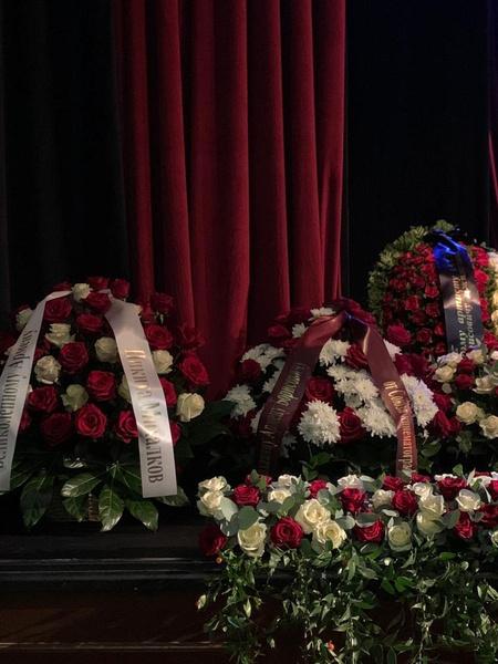 Венки и цветы от близких и коллег Армена Борисовича