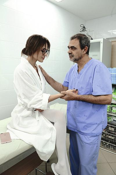 Перед началом операции доктор Сергей Блохин еще раз осмотрел телеведущую