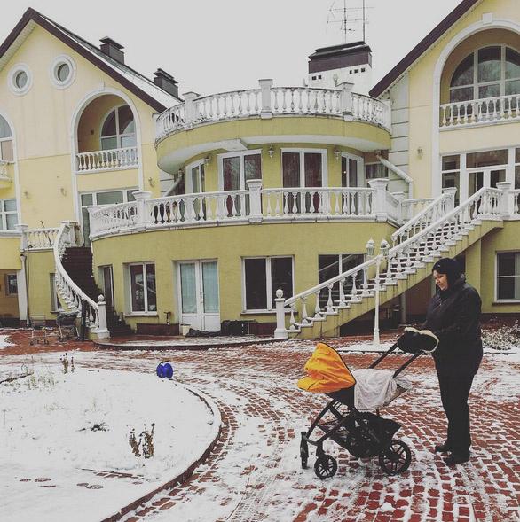 Во дворе дома, в котором живет героиня Бербер, Лера, гуляет ее мама с маленькой дочерью