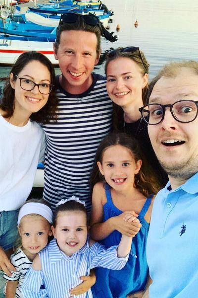 Актер отдыхает в Болгарии вместе с друзьями и членами семьи