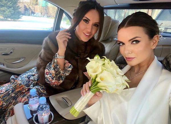 Поверх свадебного платья невеста надела светлое пальто