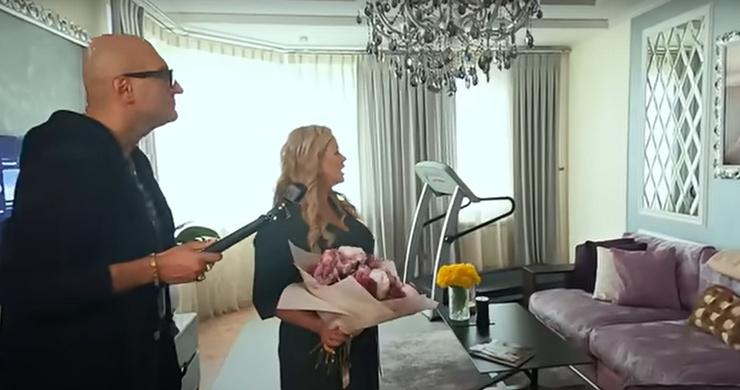 Интерьер гостиной квартиры Семенович выполнен в серых тонах.