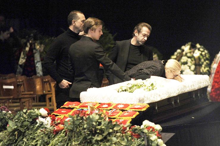 Людмила Крылова и старшая дочь Александра не посетили похороны Табакова. Бывшая жена мэтра отметила, что это было бы неуместно