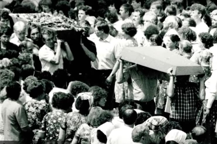 258 человек погибли на месте, 317 — умерли от ожогов и травм в клиниках