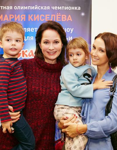 Ольга Кабо и Анастасия Цветаева с детьми