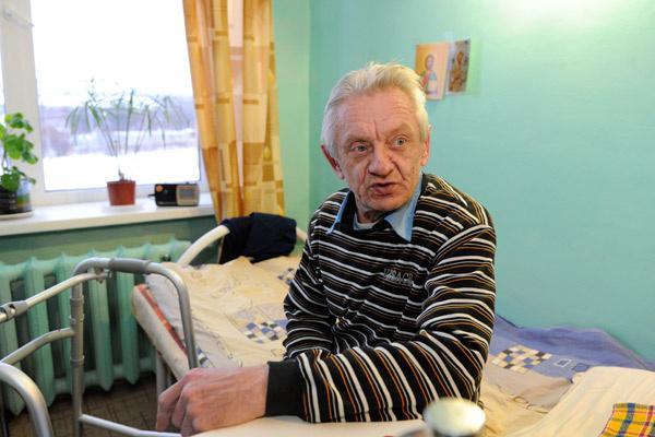 Василий скучает по Наташе, с которой они не видятся уже полгода, и надеется переехать к ней в интернат