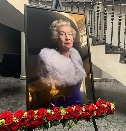 Портрет Александры Назаровой украшал вход в театр