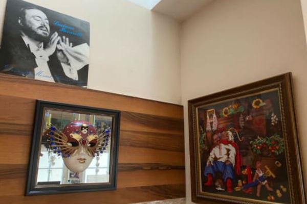 Яркая мебель и сувениры со всего мира: шикарная квартира Анны Нетребко в центре Вены