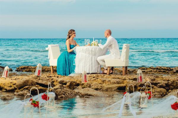 После фотосессии невеста переоделась в кружевное платье от бренда MD дизайнера Джемала Махмудова. Специально для влюбленных ужин накрыли прямо в морской пене на пляже Голден-бич