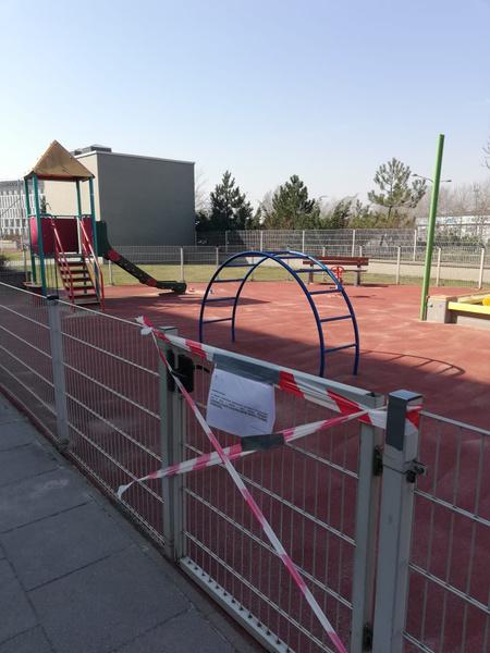 Детские площадки давно закрыты
