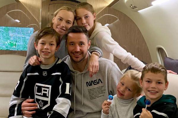Семья передвигается по миру на частном самолете
