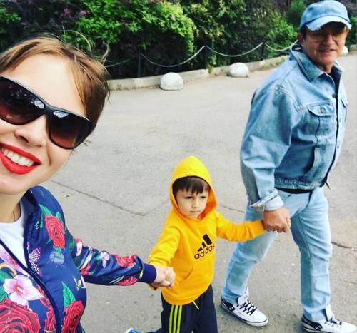 Семья Дибровых на прогулке