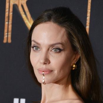 Анджелина Джоли отдала дочери свое прозрачное платье. Кому наряд больше к лицу?