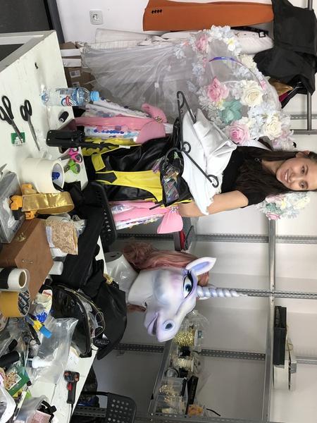 В костюмерной Маски приводят в порядок после выступлений