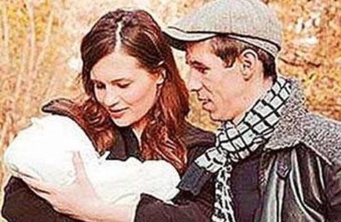 Алексей Панин и Юлия Юдинцева с новорожденной Анной