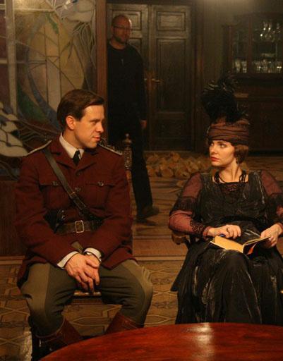 В перерывах между сценами Боярская читала книгу и общалась с коллегами