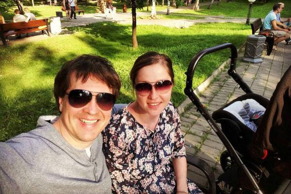 Денис Матросов и Ольга на прогулке с сыном