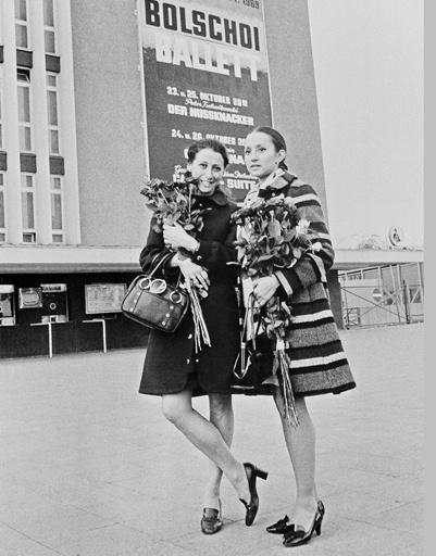 Солистки Большого театра Союза ССР Майя Плисецкая (слева) и Наталья Бессмертнова во время зарубежных гастролей, 1969 год