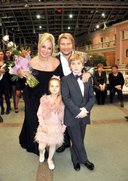 Последние пять лет артистка почти не видела Илью и Людмилу, а до того, как много времени проводила с детьми, ходила на концерты.