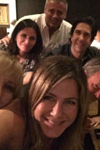 Дженнифер Энистон собрала миллионы лайков благодаря фото с коллегами по сериалу