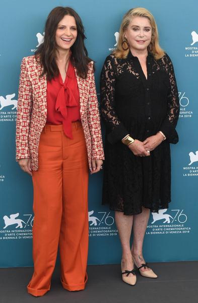 Жюльет Бинош и Катрин Денев на пресс-конференции