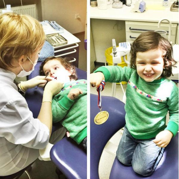 Мальчик остался доволен первым посещением зубного врача