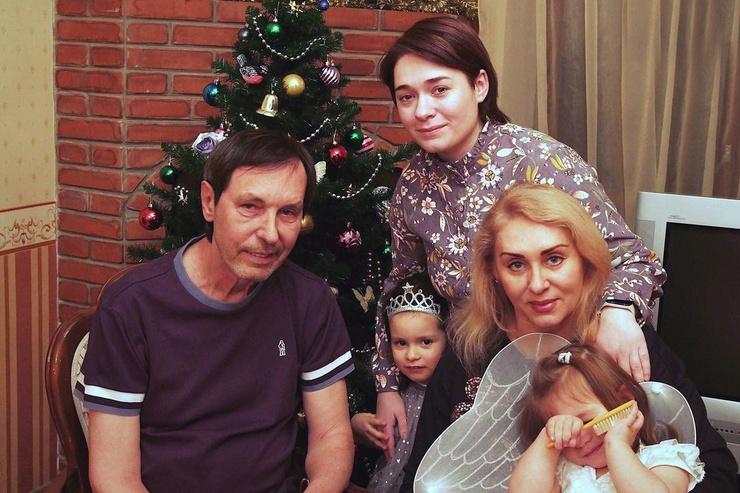 Певца поддерживает семья после инсульта