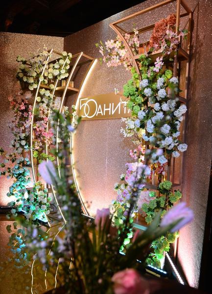 Именинница признается в любви к цветам и по ее задумке ими был буквально укутано помещение
