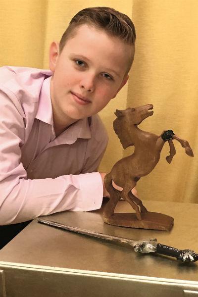 Сын хранит деревянного коня из гримерки отца и меч, который сам ему подарил