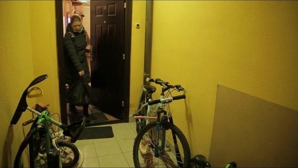 Светлана Дель выходит из квартиры