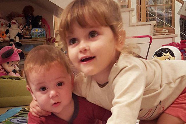 Маленькие Маша и Ваня любят фотографироваться