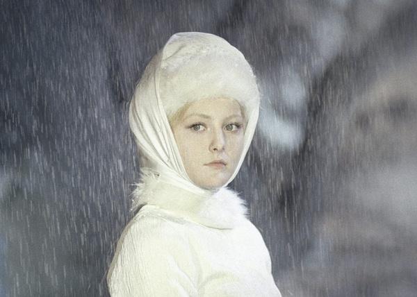 Молодые люди стремятся завоевать сердце Снегурочки, но никто не может растопить лед