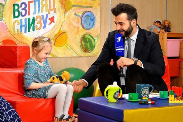 Иван на телешоу «Вечерний Ургант» с одной из учениц центра