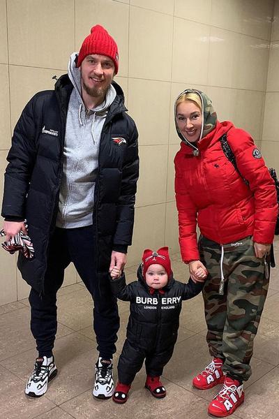 Телеведущая уже вернулась к семье — мужу Игорю и дочке Маше