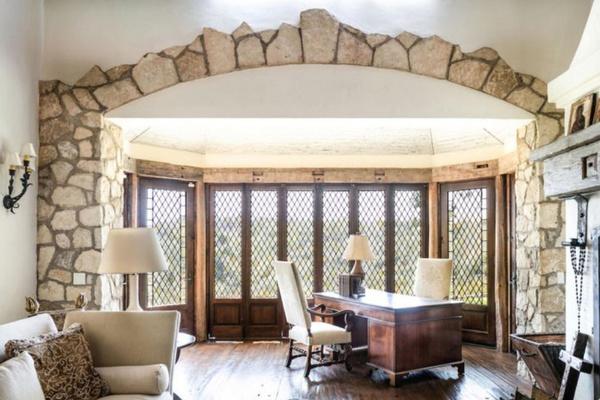 В дизайне особняка много дерева и камня