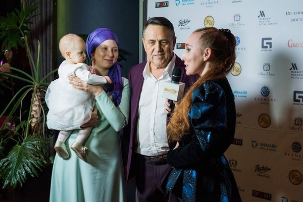 Весь вечер пара принимала поздравления с будущим пополнением в семье