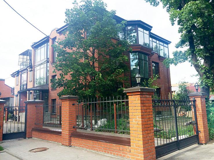 «Дом раздора» площадью около 300 кв.м. находится в поселке Коломяги под Питером