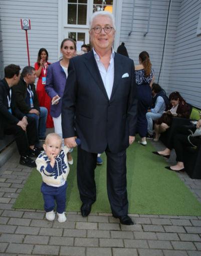 Владимир Винокур вышел в свет с двухлетним внуком