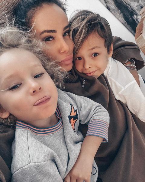 Айза с сыновьями