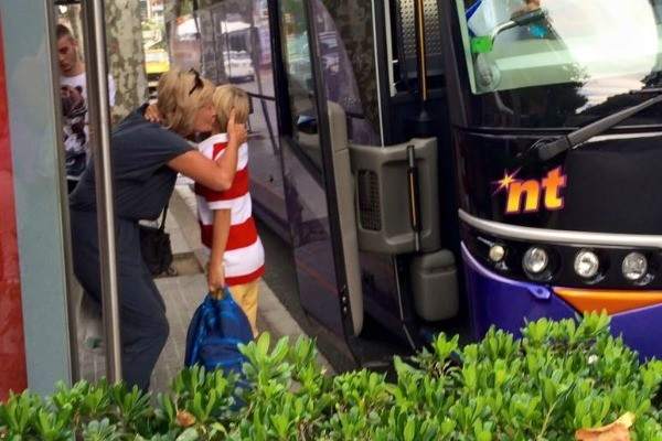 Бабушка всегда провожает внука до школьного автобуса