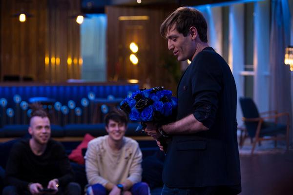 Шепс пришел к ребятам с букетом синих и черных роз