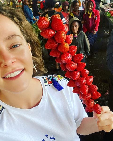 В джунглях с дикарями: как проходит отпуск Аглаи Тарасовой и Даррена Аронофски