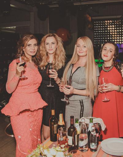 Ирина Агибалова с дочерьми и гостьей своего дня рождения