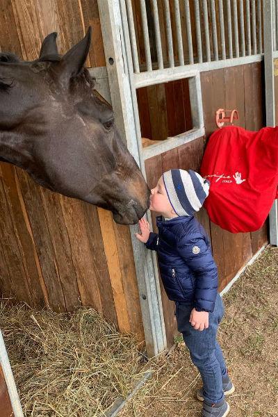 Сын Елизаветы проводит детство рядом с лошадьми