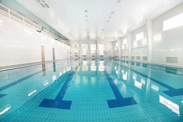 Посещение 25-метрового бассейна с 4-мя дорожками входит в стоимость проживания
