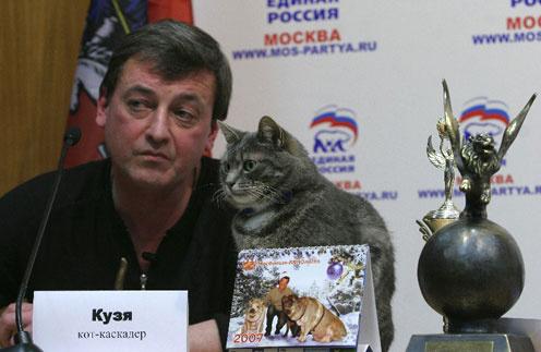 Идеолог фестиваля Виктор Зуйков и кот-каскадер